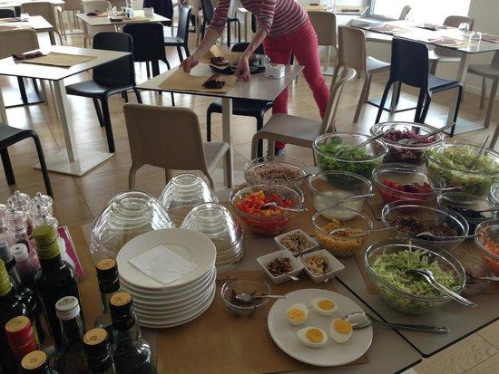 Buffet Di Insalate Miste : Il buffet insalate a disposizione foto di cucina borgomanero