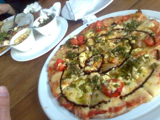 Bocadillos Bakery and Restaurant: Thin crust veggie pizza...