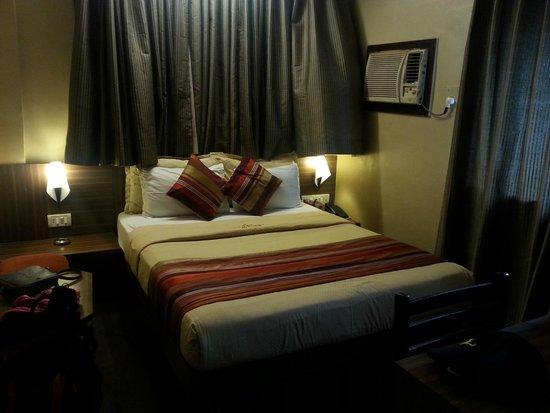Hotel Landmark Fort : DELUXE ROOM BED