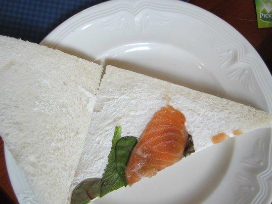 Kasteel de Essenburgh : High tea  zeeeeer schaars belegde sandwiches