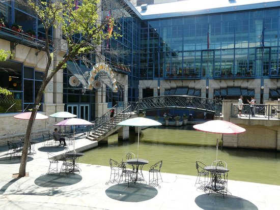 San Antonio River: Shopping mall on the river walk