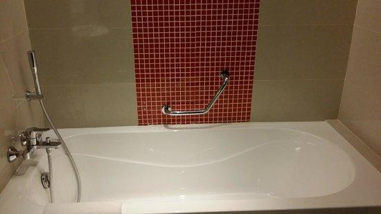 Sama-Sama Hotel KL International Airport: bathtub----