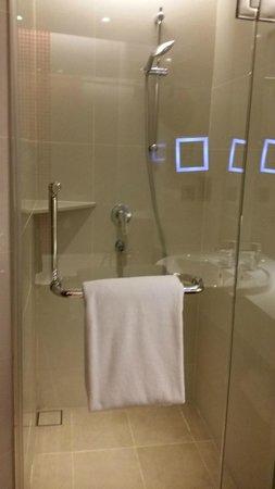 Sama-Sama Hotel KL International Airport: spacious bathroom -  a wash basin (loved the magnifying mirror), bathtub & shower (separated)