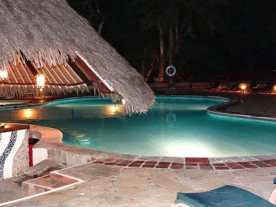 Pinewood Beach Resort & Spa : Pool at night