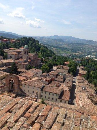 Oste del Castello Wellness & Bike: vista dalla Rocca su Verucchio e sulla via dell'hotel