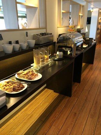 Good Morning+ Goteborg City: Reichhaltiges Frühstück, leider nur Instantkaffee.