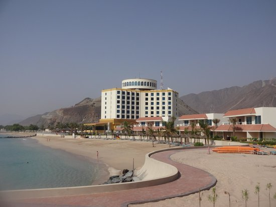 Oceanic Khorfakkan Resort & Spa: Hotel viewed from the dive centre