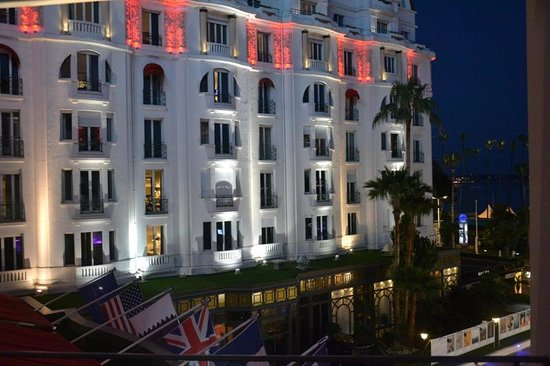 Hôtel Barrière Le Majestic Cannes: The hotel by night
