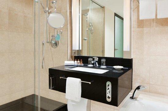 Badezimmer im Sheraton München Arabellapark Hotel - Bild von ...