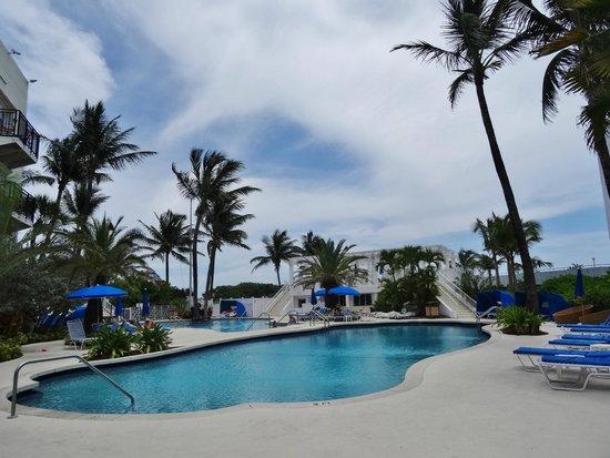 The Savoy Hotel: piscine et derrière la plage