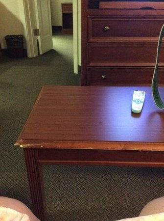 Hawthorn Suites by Wyndham Chelmsford/Lowell: chipped coffee table