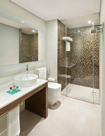 Hyatt Place Dubai / Al Rigga : Bathroom