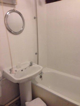 Talbot Hotel: Very clean modern bathroom