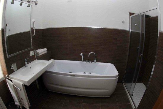 Linate Residence : bagno principale trilocale