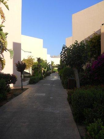 Atlantica Aegean Blue: Allée de l'hôtel