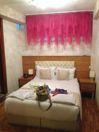 Nisa Sultan Residence: кровать мягкая и удобная, напротив телевизор