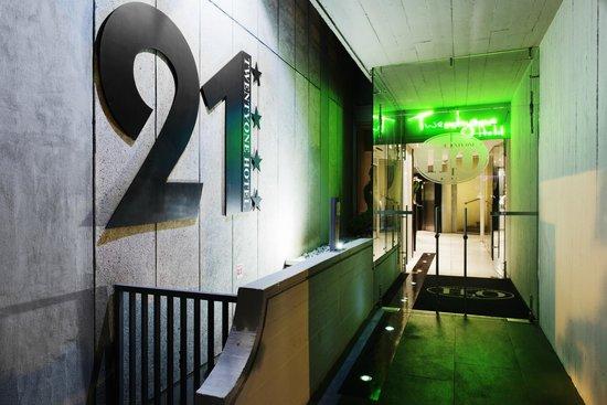 Twentyone Hotel: entrance