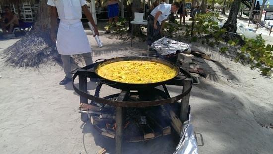 Catalonia Gran Dominicus: Am Mittag wird am Strand Paella zubereitet, dazu gibts Sangria