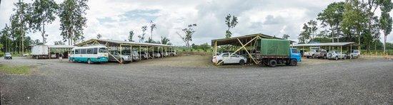 Cabinas El Icaco Tortuguero: aparcamiento vigilado en puerto La Pavona