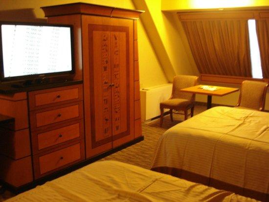 Luxor Hotel & Casino: Pyramid Deluxe room