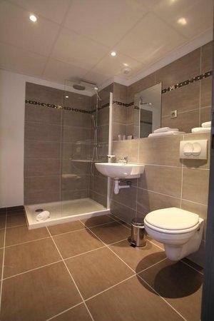 Hotel les Pielettes: salle de douche