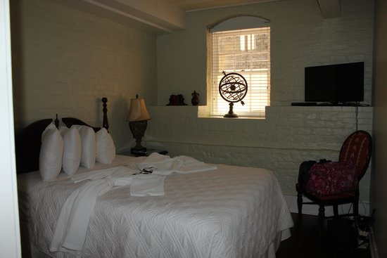 Olde Harbour Inn - River Street Suites : Queen bedroom suite