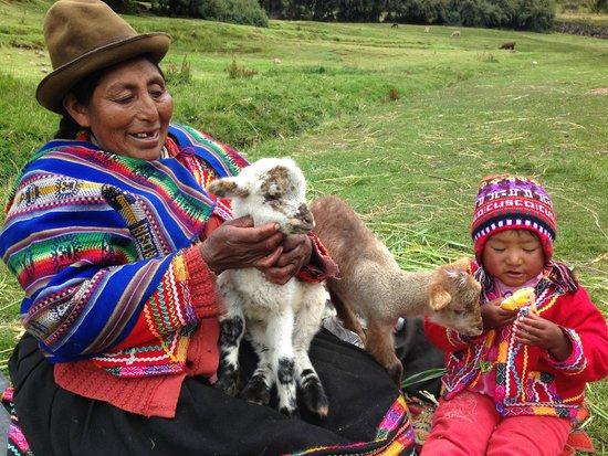 Tambomachay: local woman with babies