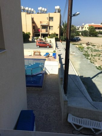 Marios Apartments: Blick auf den Pool