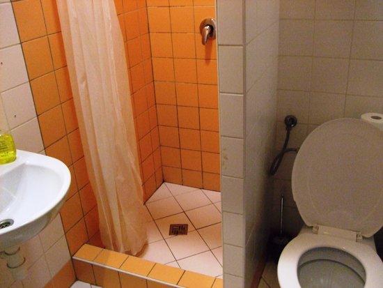 Pension Petit: Bathroom