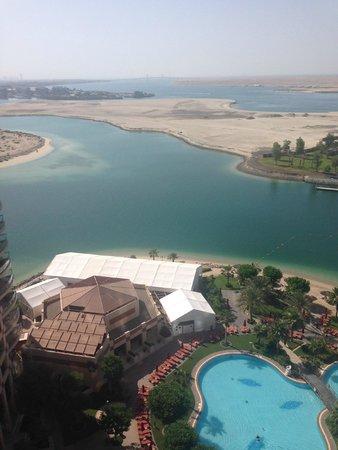 Khalidiya Palace Rayhaan by Rotana : вид с балкона на бассейн и Персидский залив