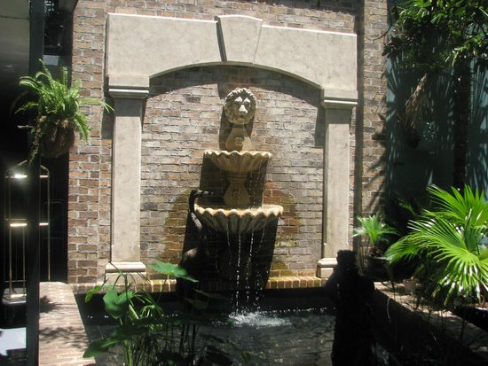 Indigo Inn: Courtyard Fountain