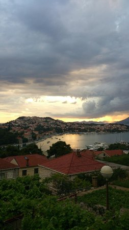 S&L Guesthouse: Dubrovnik port waiting for thunderstorm