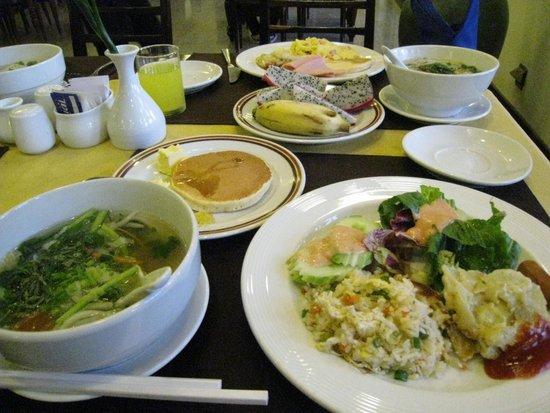 Angkor Paradise Hotel: 炒飯は美味しい沢山あるパンは微妙。パンケーキは焼きたてを食べたので美味しかった
