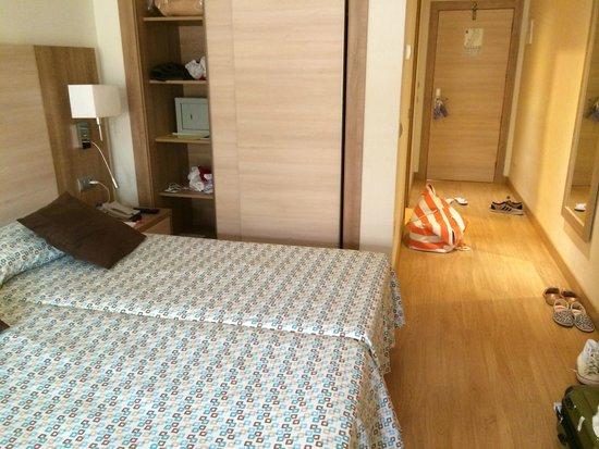 Invisa Hotel Club Cala Blanca: Rummet