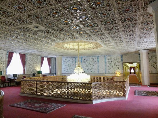 Abbasi Hotel: Everyone loves taking a photo of the chandelier and the surroundings
