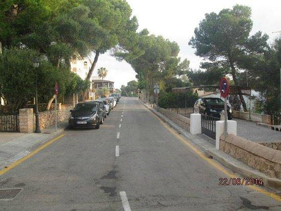 Hotel Pinos Playa: Street outside hotel
