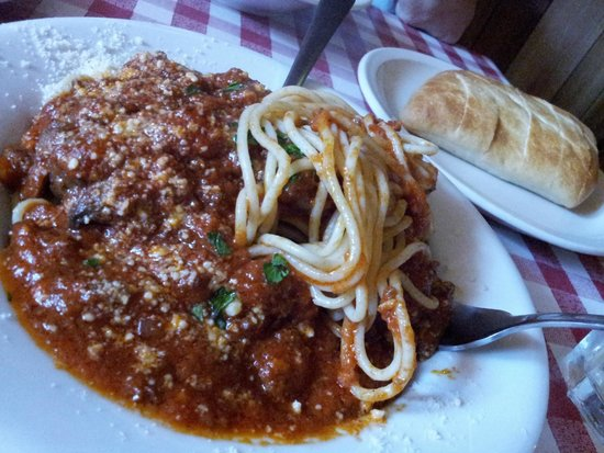 Freddie's Restaurante: Pasta with meat sauce and Italian sausage.