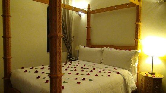 Riad Dar Anika : Four poster ceder wood bed.