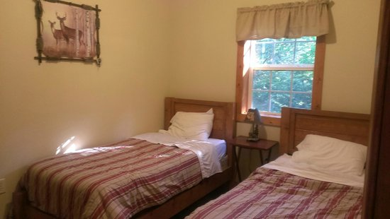 Willowbrook Cabins: Bedroom with 2 beds
