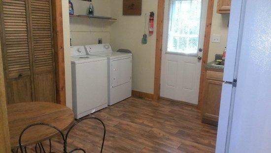 Willowbrook Cabins: Washer & dryer in kitchen area