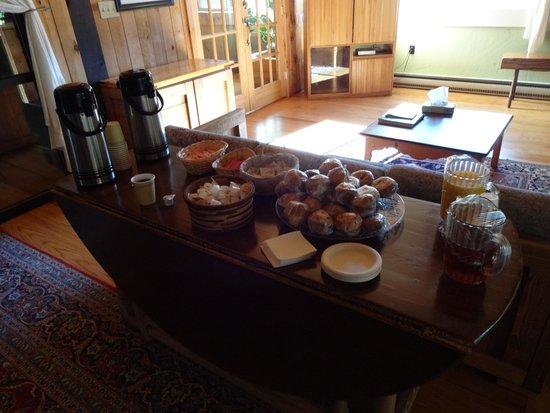 Snowy Owl Inn: Breakfast at Stowe Inn