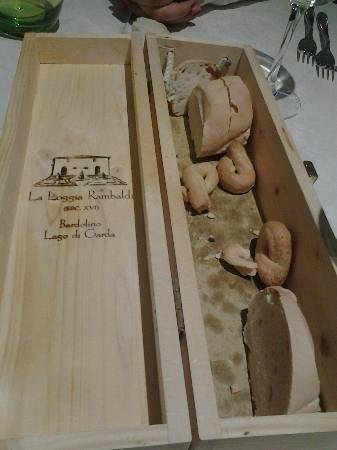 La Loggia e La Barchessa Rambaldi : La scatola originariamente contenitore del vino , riutilizzata per il pane