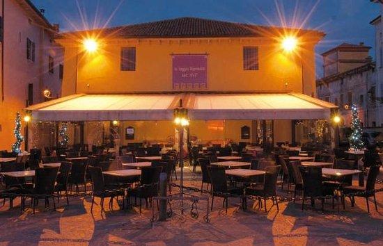 La Loggia Rambaldi : La tavolata esterna a due passi dal Lago di Garda