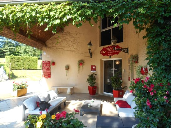 Hotel Le Clos Roussillon : entrée avec salon ouvert sur la nature