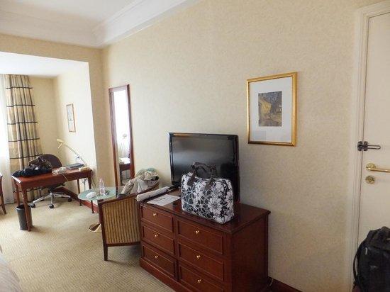 Athenee Palace Hilton Bucharest: TV cabinet and Desk