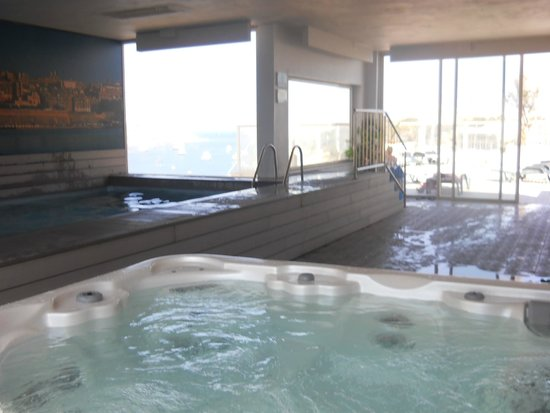 Bayview Hotel & Apartments : Jacuzzi & pool