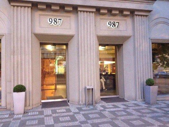 987 Design Prague Hotel: Главный вход в отель