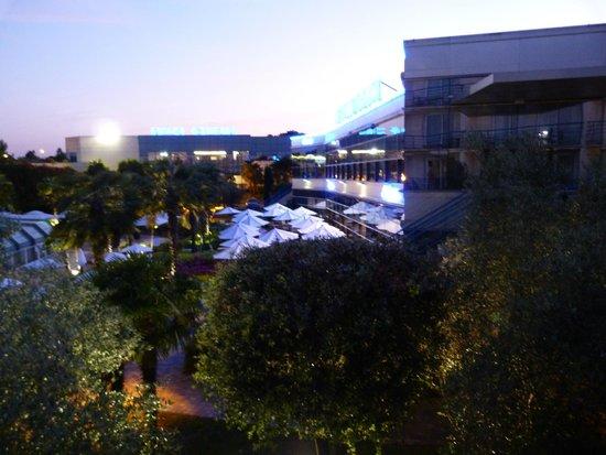 Westotel Nantes Atlantique : l'espace piscine en fin de soirée