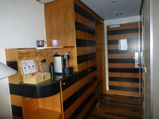 Swissotel Amsterdam : cool wood paneling