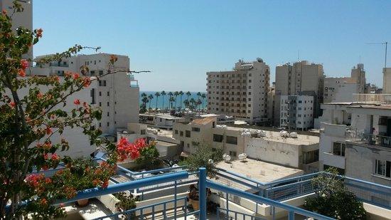 Atrium Zenon Hotel Apartments: Udsigt fra poolterrassen